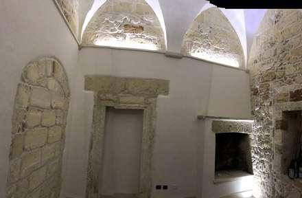 Recupero e restauro a Copertino -Salento: Pareti in stile  di Gianluca Vetrugno Architetto