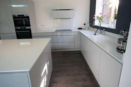 Handleless Grey Gloss Kitchen: scandinavian Kitchen by Ream Interiors