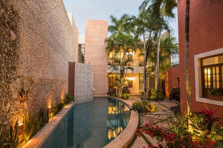 Piscinas de estilo colonial por Taller Estilo Arquitectura