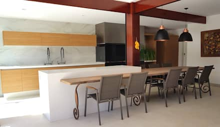 Kitchen units by PAULA MARTINS ARQUITETURA, INTERIORES E DETALHAMENTO
