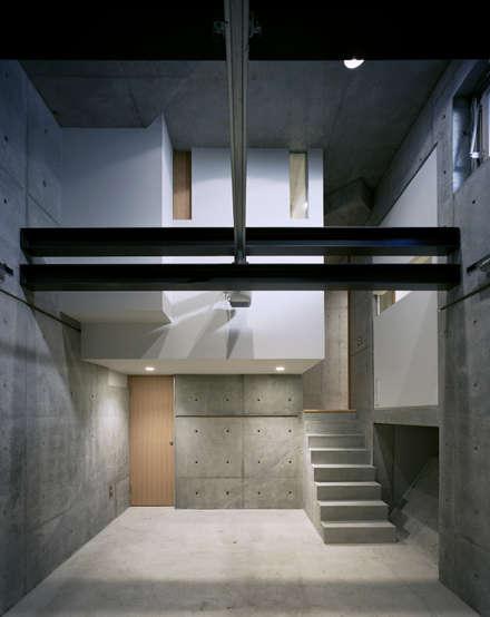 Garage prefabbricato in stile  di 西島正樹/プライム一級建築士事務所