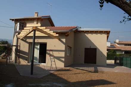 Casa Domino: Casa unifamiliare in stile  di studio arch sara baggio