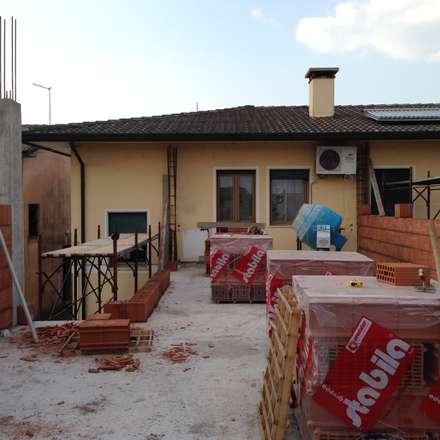 CANTIERE: Ristrutturazione e ampliamento: Casa unifamiliare in stile  di studio arch sara baggio