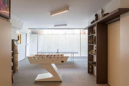 Projeto Arquitetura - Moradia na Granja MJARC: Garagens e arrecadações modernas por MJARC - Arquitectos Associados, lda