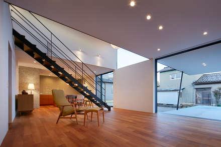 NN 大きくはね出したバルコニーのある家: 山縣洋建築設計事務所が手掛けたリビングです。