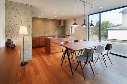 NN 大きくはね出したバルコニーのある家: 山縣洋建築設計事務所が手掛けたキッチンです。