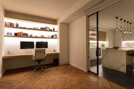 Reforma integral de vivienda en Barcelona: Estudios y despachos de estilo moderno de Reformas Vicort
