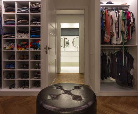 Reforma integral de vivienda en Barcelona: Vestidores de estilo moderno de Reformas Vicort