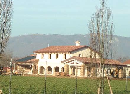 Casas unifamiliares de estilo  por Architetti Baggio