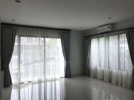 ผ้าม่านสองชั้น ส่วนนั่งเล่น:  ห้องนั่งเล่น by CurtainAndMore