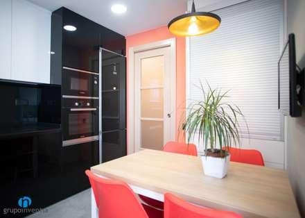 Zona office: Cocinas integrales de estilo  de Grupo Inventia