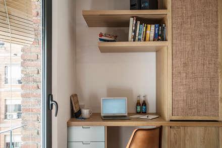 KAILANI HOME OFFICE : Estudios y despachos de estilo mediterráneo de Bloomint design