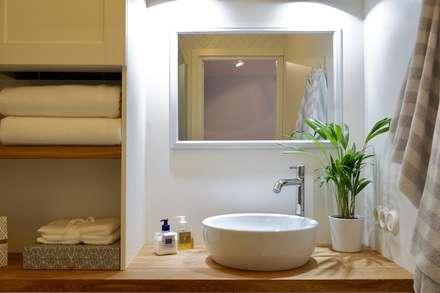 Badezimmer weiß skandinavisch: skandinavische Badezimmer von Baltic Design Shop