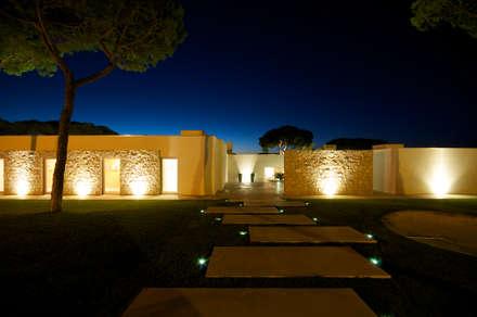 Moradia em Vilamoura: Jardins zen  por Castello-Branco Arquitectos, Lda