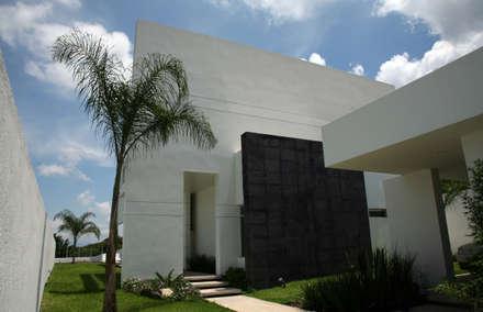Transición de lo público a los semi  público.: Garajes de estilo moderno por JC Arquitectos