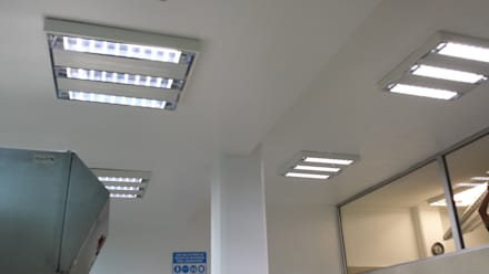 Cliniche in stile  di COMERCIALIZADORA BIOILUMINACIÓN SA DE CV
