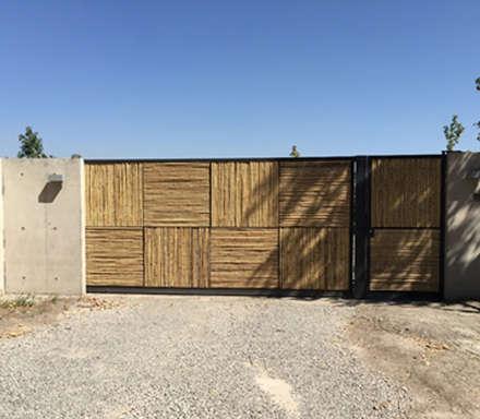 Portón de acceso: Puertas de estilo  por MAC SPA