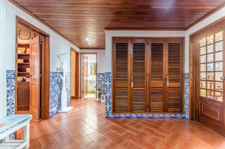 Apartamento T2 Sta. Maria Belém: Corredores e halls de entrada  por EU LISBOA