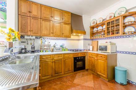 Apartamento T2 Sta. Maria Belém: Armários de cozinha  por EU LISBOA