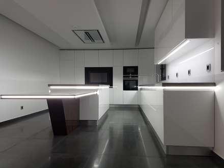 Cozinha Modelo Lacado Branco Brilho: Armários de cozinha  por Paulo Cardoso - Móveis por Medida, Lda.