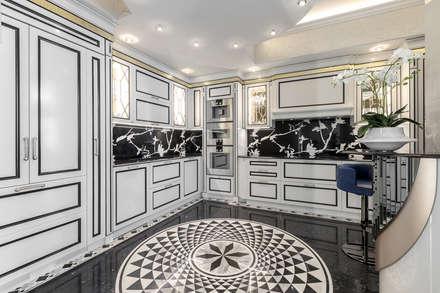 A contrast and spectacular interior of a kitchen. Villa in Monaco.: Cucina in stile in stile Classico di NG-STUDIO Interior Design