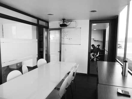 Oficinas Modulares Transportables: Salas multimedias de estilo  por m2 estudio arquitectos