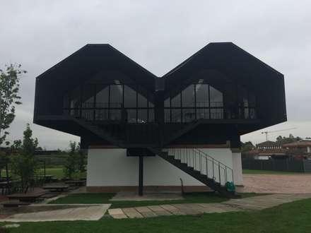 EDIFICIO ATELIER – BIENESTAR UNIVERSITARIO UNIVERSIDAD DE LA SABANA: Estudios y despachos de estilo moderno por Corte Verde SAS