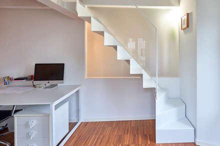 Appartamento BC: Scale in stile  di Studio Ecoarch