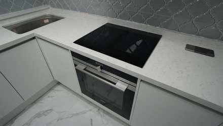 누구나 꿈꾸는 모던하우징_꿈마을 한신아파트 61평 인테리어_용디자인: YONG DESIGN의  빌트인 주방
