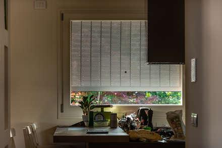 Protezione luce dall'interno: Finestre in legno in stile  di Woodbau Srl