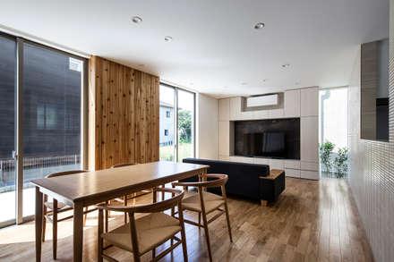 袖ケ浦の家: 松岡淳建築設計事務所が手掛けたリビングです。