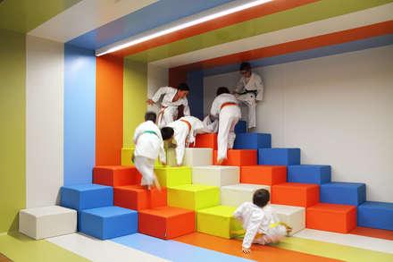 Imagem interior do espaço multiusos para uma montanha de tetris.: Locais de eventos  por Estúdio AMATAM