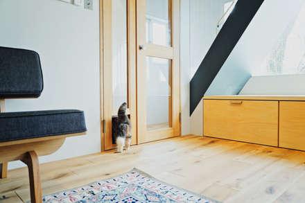Puertas interiores de estilo  de TRANSFORM  株式会社シーエーティ
