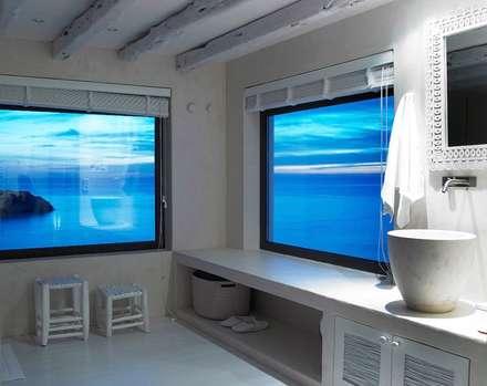 Villa - Ibiza: Bagno in stile in stile Mediterraneo di ALMA Architettura | Mario Pan | Alessandro Pezzotti