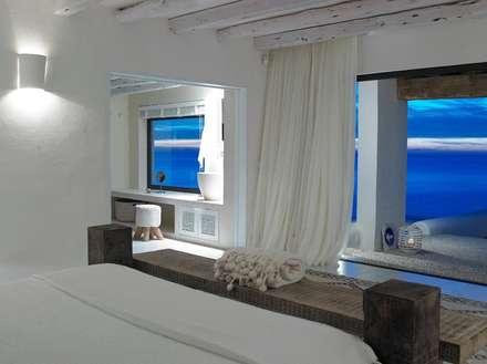 Villa - Ibiza: Camera da letto in stile in stile Mediterraneo di ALMA Architettura   Mario Pan   Alessandro Pezzotti