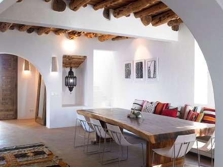 Villa - Ibiza: Sala da pranzo in stile in stile Mediterraneo di ALMA Architettura   Mario Pan   Alessandro Pezzotti