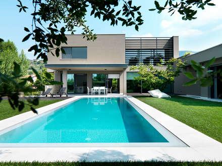 Villa Franciacorta: Piscina in stile in stile Moderno di ALMA Architettura   Mario Pan   Alessandro Pezzotti