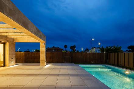 Casa Diago: Piscinas de jardín de estilo  de navarro+vicedo arquitectura