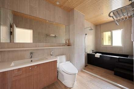 scandinavian Bathroom by 層層室內裝修設計有限公司