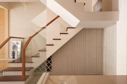Stairs by 層層室內裝修設計有限公司