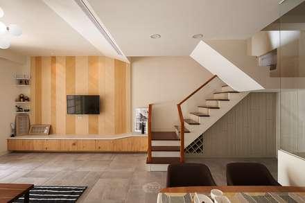 Escaleras de estilo  de 層層室內裝修設計有限公司