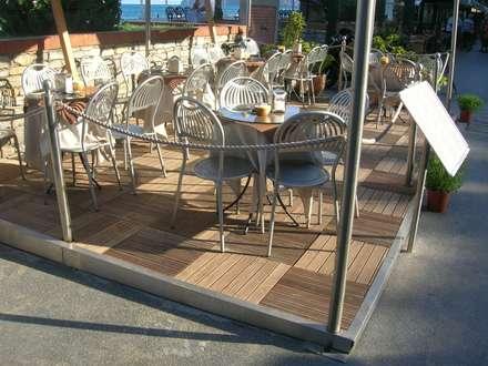 Pavimentazione in legno di Ipé composto da mattonelle - Dehors lungo mare Alassio: Pavimento in stile  di ONLYWOOD