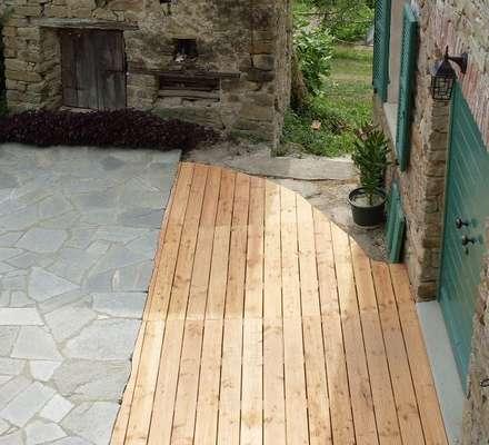 Decking in PINO - Cortile privato: Pavimento in stile  di ONLYWOOD