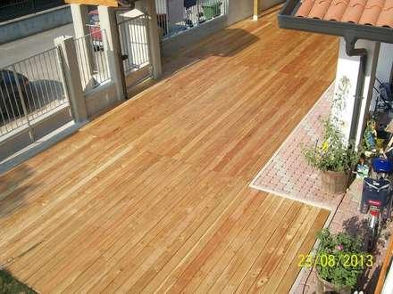 Decking in larice - Pavimento da esterno per un patio: Pavimento in stile  di ONLYWOOD
