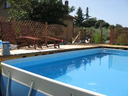 PAVIMENTAZIONE SOPRALEVATA IN PINO per piscina fuori terra: Pavimento in stile  di ONLYWOOD