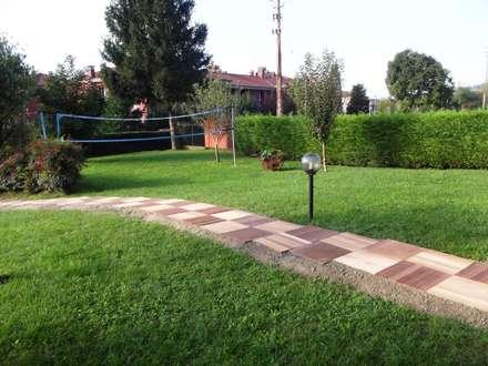 Sentiero in mattonelle in LEGNO IPE': Pavimento in stile  di ONLYWOOD