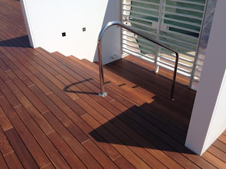 Terrazza Hotel con pavimento in legno Ipé: Pavimento in stile  di ONLYWOOD