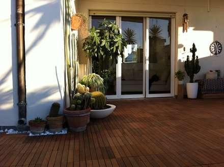 Terrazza abitazione privata con PAVIMENTO IN MATTONELLE IPE': Pavimento in stile  di ONLYWOOD