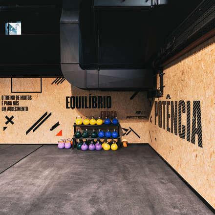 Identidade Kalorias Crossbox aplicada nas paredes de OSB.: Espaços comerciais  por Estúdio AMATAM