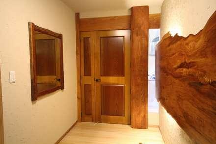 Inside doors by 一枚板テーブルと無垢材家具・キッチンの祭り屋